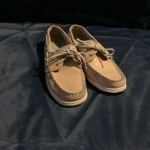 Tan Sperry bluefish boat shoes